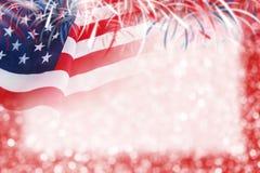 美国旗子和bokeh抽象背景设计与烟花 库存图片