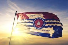 美国旗子纺织品挥动在顶面日出薄雾雾的布料织品密苏里的杰斐逊城首都  免版税库存图片