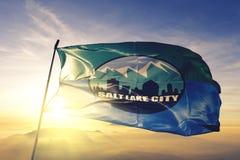 美国旗子纺织品挥动在顶面日出薄雾雾的布料织品犹他的盐湖城首都  免版税库存图片