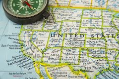 美国映射与指向在各种各样我们的铅笔城市 免版税库存照片