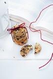 美国曲奇饼用在书旁边的巧克力 免版税库存照片