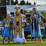 美国本地人加拿大的印第安人家庭舞蹈家微笑 免版税库存照片