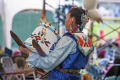 美国本地人妇女跳舞与Papoose Cradleboard 库存照片