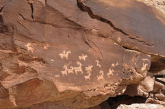 美国本地人刻在岩石上的文字在曲拱国家公园 免版税库存图片