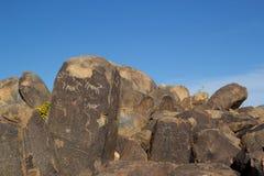美国本地人刻在岩石上的文字 库存照片