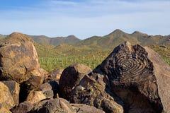 美国本地人刻在岩石上的文字 免版税库存照片