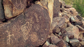 美国本地人刻在岩石上的文字 库存图片