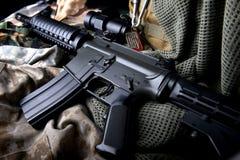 美国机枪在军队背景中 免版税库存图片