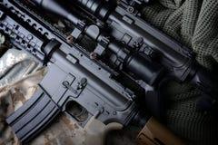 美国机枪在军队背景中 库存照片