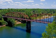 美国桥梁老在红河 免版税库存图片