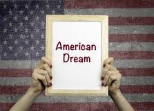 美国梦 招贴在妇女的手上 图库摄影