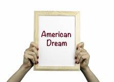 美国梦 招贴在妇女的手上 库存照片