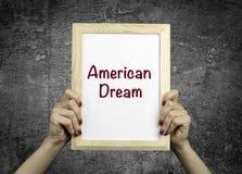 美国梦 招贴在妇女的手上 库存图片