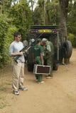 美国检查人道社会的韦恩Pacelle CEO用于动物工作者抢救工作的眩晕枪Tsavo国民同水准的 免版税库存照片