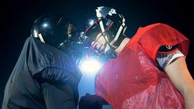 美国橄榄球运动员握手和爆沸头,当站立在领域时 4K 影视素材