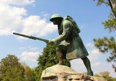 美国步兵Solider的古铜色和具体雕象 库存图片