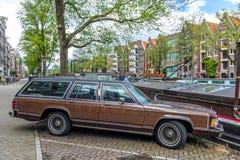 美国水星小型客车在一条运河街道上停放了在阿姆斯特丹,荷兰 免版税图库摄影