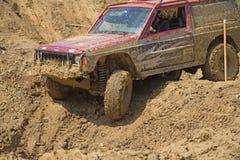 美国汽车在泥泞的地形 免版税图库摄影