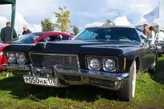 美国汽车Buick里维埃拉Gran体育-葡萄酒汽车的陈列的参加者在Kronstadt 免版税图库摄影