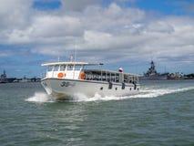 美国海军亚利桑那号战列舰纪念馆游览小船 免版税库存照片