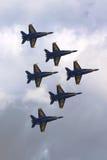 美国海军蓝色天使F-18大黄蜂飞机在飞行表演执行在舰队星期期间2014年 图库摄影