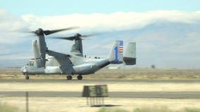 美国海军陆战队员响铃波音V-22白鹭的羽毛航行器着陆 影视素材