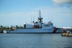 美国海岸卫队切削刀莫霍克族在基韦斯特岛,佛罗里达靠了码头 库存图片