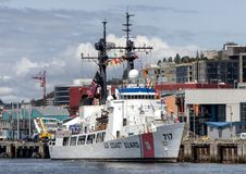 美国海岸卫队哈密尔顿班的高耐力切削刀根据在西雅图,华盛顿外面 库存图片