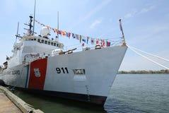 美国海岸卫队在布鲁克林巡航终端靠码头的切削刀向前在舰队星期期间2016年 免版税图库摄影