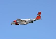 美国海岸警卫队飞机在巡逻离去 图库摄影
