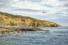 美国海岸警备队直升机在飞行中洛马角海滩 免版税库存图片