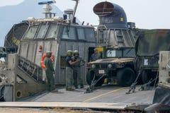 美国海洋车personels在登陆艇气垫或LCAC舷梯谈论  库存图片