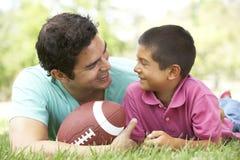 美国父亲橄榄球公园儿子 库存图片