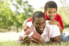美国父亲橄榄球公园儿子 免版税库存图片