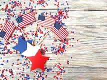 美国独立日、庆祝、爱国心和假日概念-旗子和星在4日7月党在上面在woode 库存图片