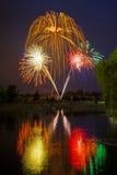 美国独立日烟花在与柳树的水中反射了 库存照片