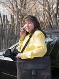 美国电池当地电话联系的妇女 免版税图库摄影