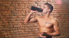 美国男性运动员喝从体育瓶的水 影视素材