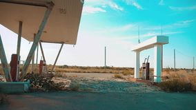 美国的大街 66途径 危机路66给加油的慢动作录影 老肮脏的生活方式离开的加油站 U 股票录像