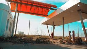 美国的大街 66途径 危机路66给加油的慢动作录影 老肮脏的离开的加油站 U S 闭合 股票录像