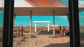 美国的大街 66途径 危机路66给加油的打破的窗口慢动作录影 老肮脏的离开的加油站 影视素材