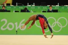 美国的奥林匹克冠军加布丽埃勒・道格拉斯在自由体操竞争在妇女` s全能体操资格时 免版税库存照片