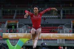 美国的奥林匹克冠军加布丽埃勒・道格拉斯在平衡木实践在妇女` s全能体操前在里约2016年 免版税图库摄影