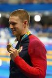 美国的奥林匹克冠军莱恩・墨菲在奖牌仪式期间的在人里约的` s 100m仰泳以后2016奥林匹克 免版税库存图片