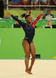 美国的奥林匹克冠军西蒙妮胆汁在自由体操竞争在妇女的全能体操资格时 库存图片
