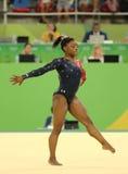 美国的奥林匹克冠军西蒙妮胆汁在自由体操竞争在妇女的全能体操资格时 图库摄影
