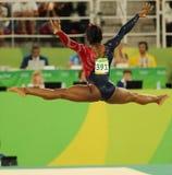 美国的奥林匹克冠军西蒙妮胆汁在自由体操竞争在妇女的全能体操资格时 免版税库存照片