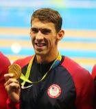 美国的奥林匹克冠军迈克尔・菲尔普斯庆祝胜利在里约的人` s 4x100m混合泳2016年 库存照片