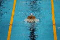 美国的奥林匹克冠军迈克尔・菲尔普斯竞争在里约2016年奥运会的人的200m个体混杂的人群 图库摄影