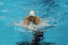 美国的奥林匹克冠军Lilly国王在里约期间2016年奥运会的妇女` s 200m蛙泳半决赛的 免版税库存图片